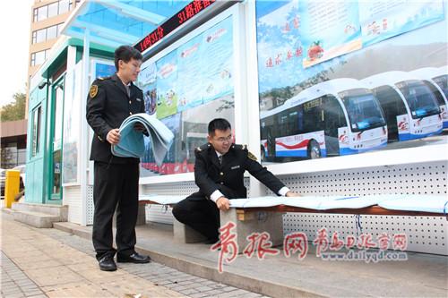 温馨巴士工作人员在候车长椅上安装棉垫(2)_副本.jpg